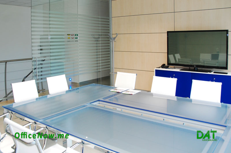 OfficeNow business center Italy, Malpensa, Milan, Varese. The meeting room is furnished with a crystal table for 12 seats, 60-inch maxi screen, PC and video-conference.