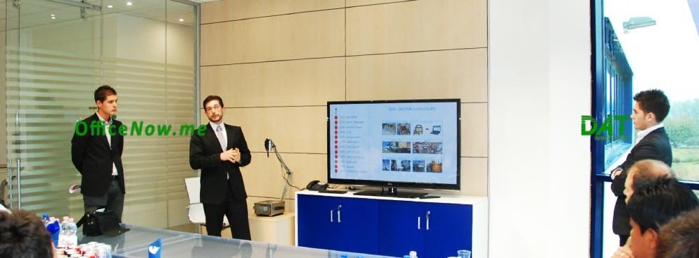 OfficeNow, uffici arredati, business center, affitto ufficio, servizi aggiuntivi. La sala riunioni ha un bellissimo tavolo in cristallo, ed è dotata di un maxi schermo 60 pollici, PC e supporto per videoconferenze.