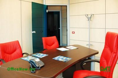 OfficeNow, business center Italia, Malpensa, Milano, Varese. Uffici con scrivania, sedia, cassetti, ante a parete per archiviazione.