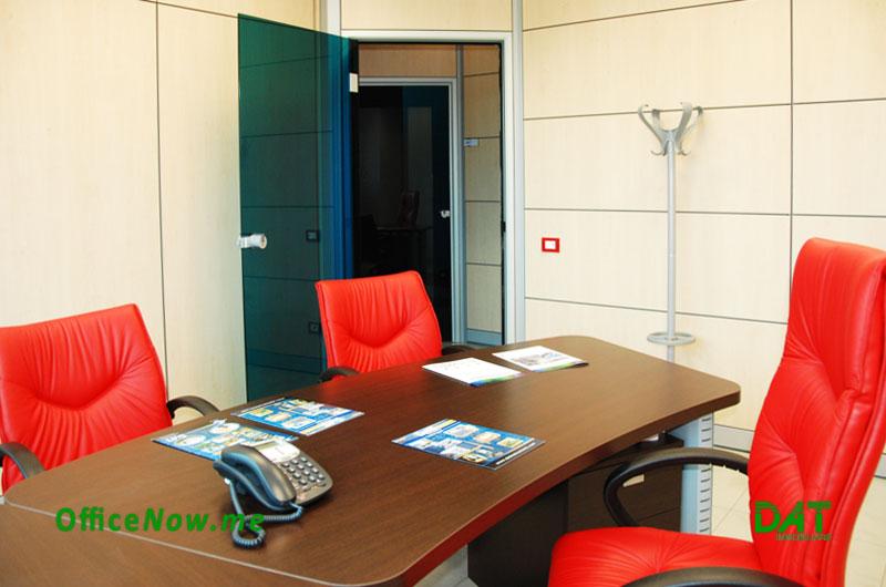 Uffici Arredati, OfficeNow, business center, coworking, Malpensa, Milano, Varese, Gallarate, Busto Arsizio. Gli uffici sono già arredati, con scrivania, sedia, 2 sedie ospiti, cassettiera, ante a parete per archivio.